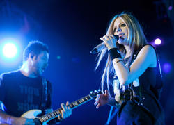 http://img194.imagevenue.com/loc223/th_430265777_50701_avril_lavigne_performing_live_in_moscow_9_121_122_223lo.jpg
