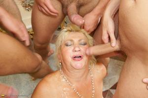 Фотки секса со зрелой женщиной, парни трахают старушку и обканчивают. Жест