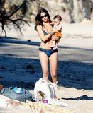 Camila Alves in a bikini at Malibu beach with son Levi, 01/18/09 Foto 8 (Камила Элвис в бикини на пляже Малибу с сыном Леви, 01/18/09 Фото 8)